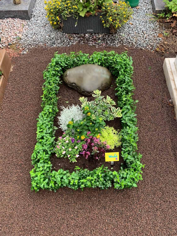 Gestaltung und Grabpflege als Beispiel ein Grabes mit Blumen und mehr!