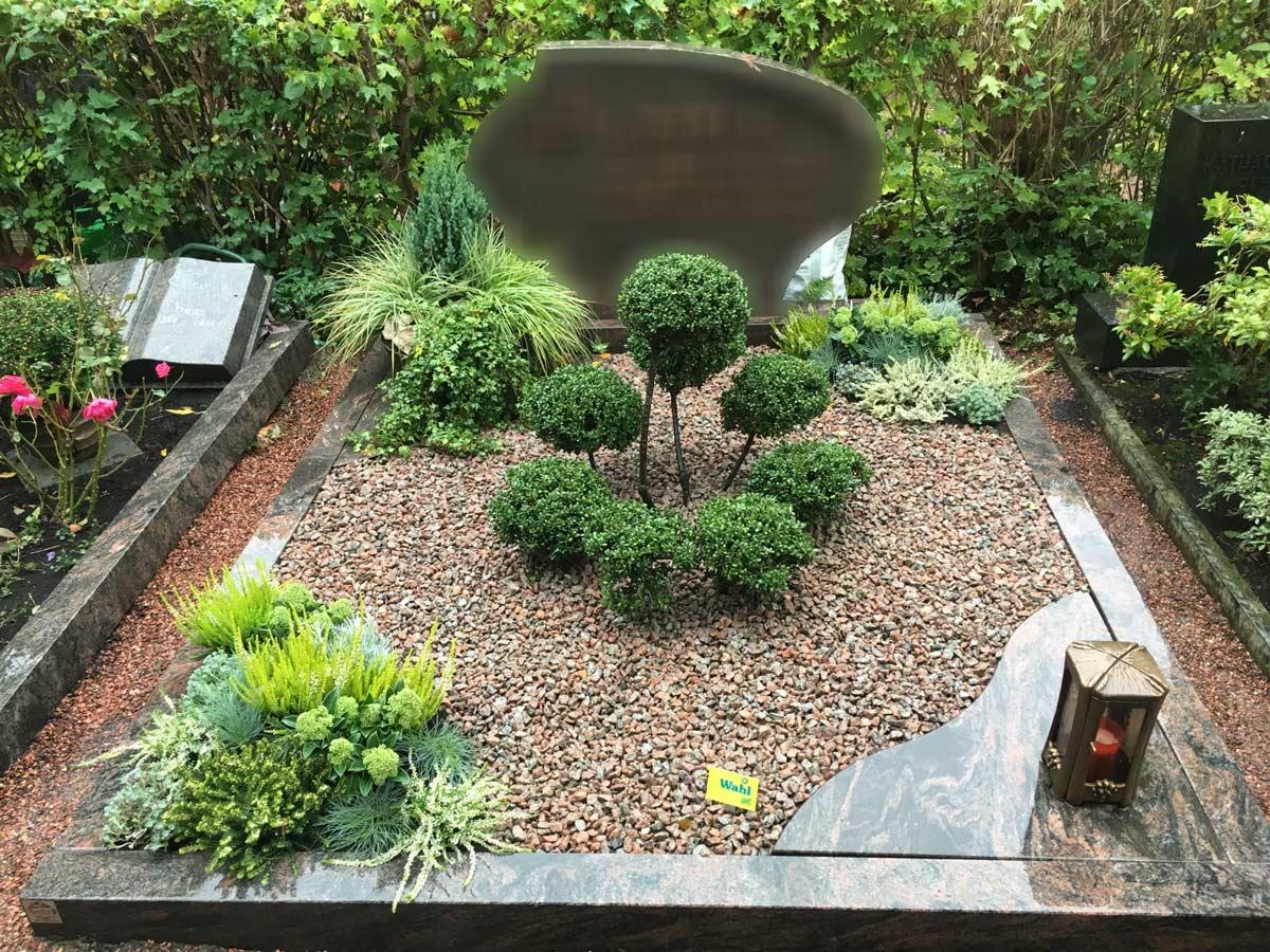 Grab mit vielen Steinen und wenig Pflanzen.